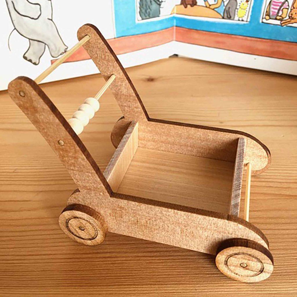 アガチスの板で作ったおもちゃの手押し車